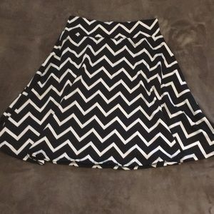 Skirt with black and white zig zag pattern